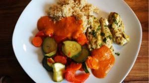 Read more about the article Hähnchenbrustfilets mit Gemüse, Couscous und Tomatensoße