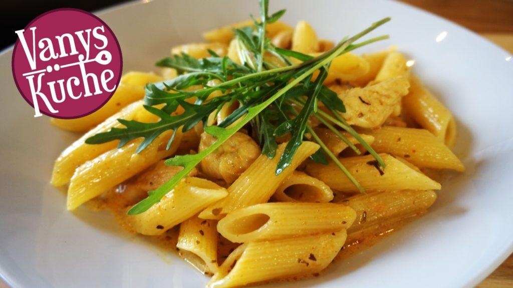 Pasta mit Hähnchenbrust in einer Honig-Senf-Soße
