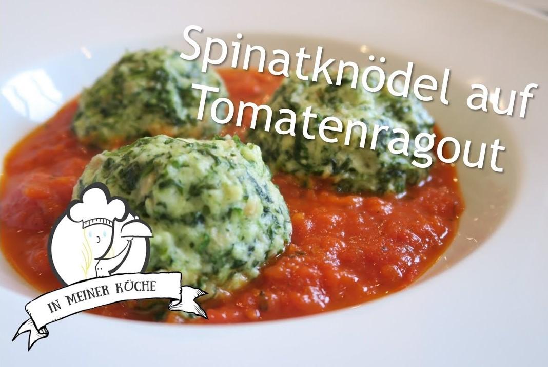 Thermomix® Spinatknödel mit Mozzarella auf Tomatenragout