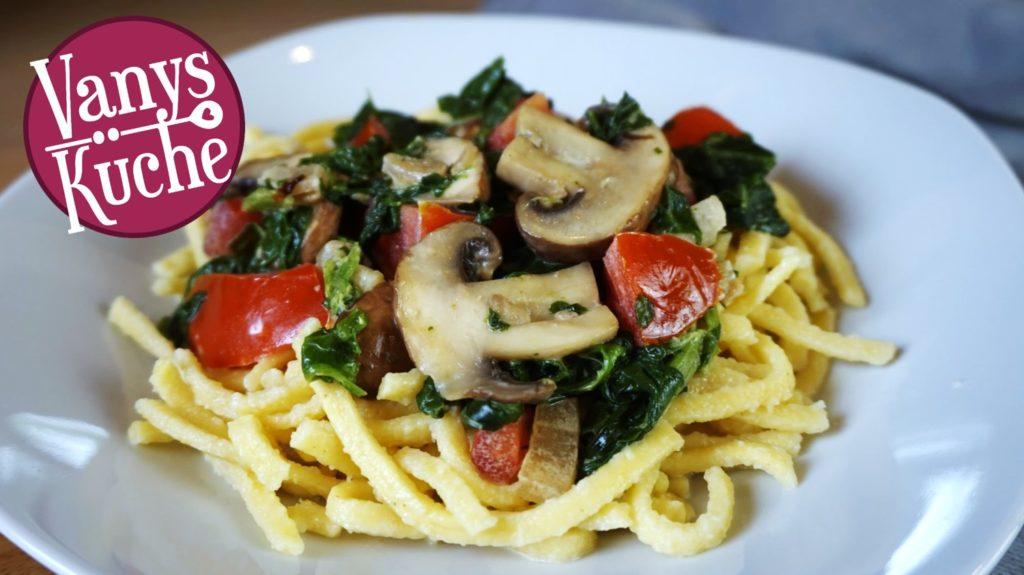 Spätzlepfanne mit Spinat und Champignons